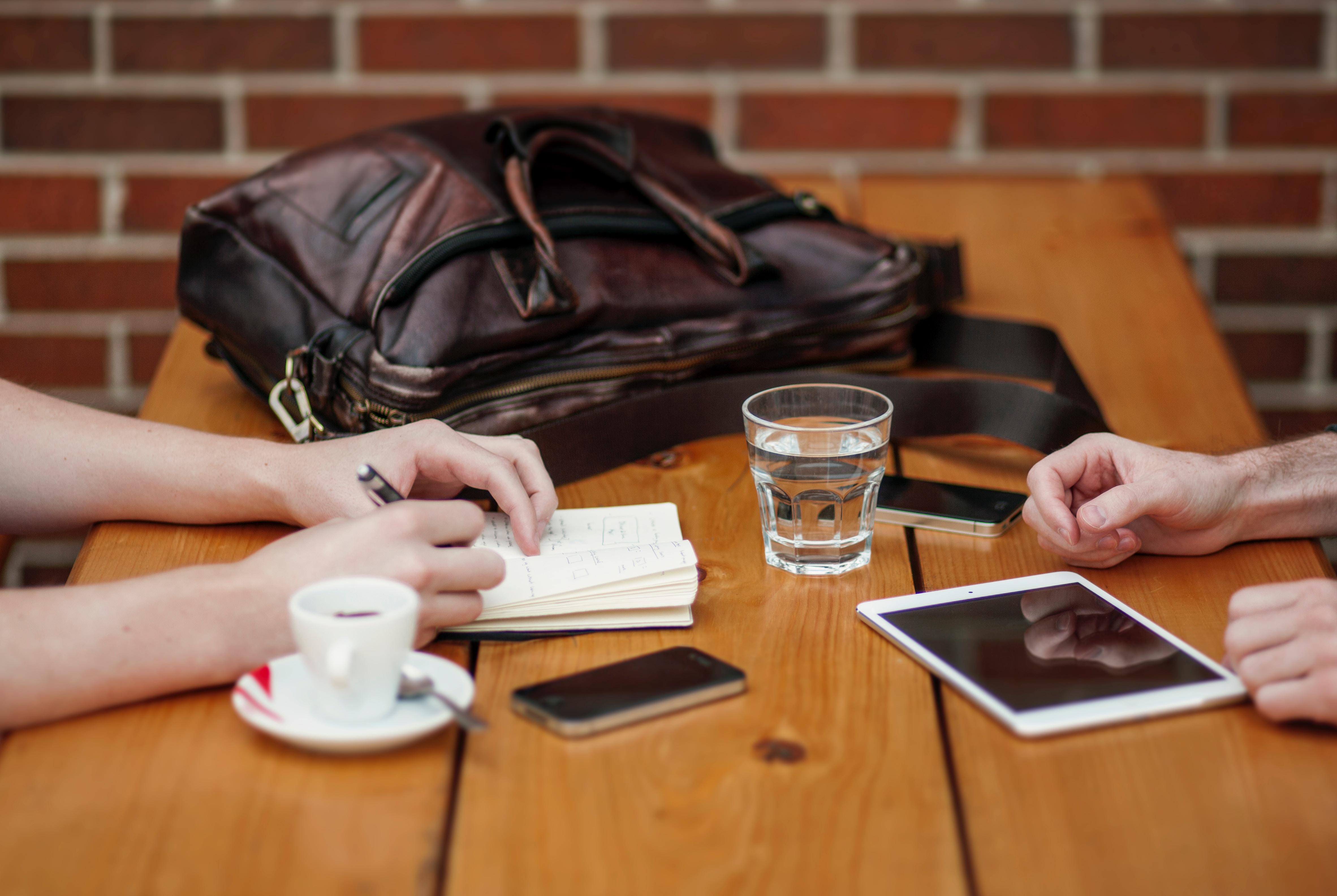 Comprendre ton client pour mieux communiquer : réflexions autour du livre Internet est une table pour deux, de Selma Païva